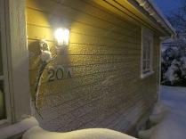 Snøen legger seg oppover veggen.